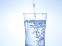 水がグラスに注がれている